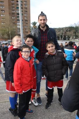 El jugador francés del València Bàsquet amb alguns jugadors Benjamins del Pare Català