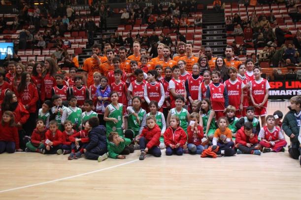 La plantilla del València Bàsquet amb els jugadors del C.B. Lenaesport (Pare Català, Marques del Tùria i Ferrer i Guàrdia).