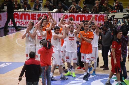L'equip, tras la victòria, aplaudeix al seu públic entregat